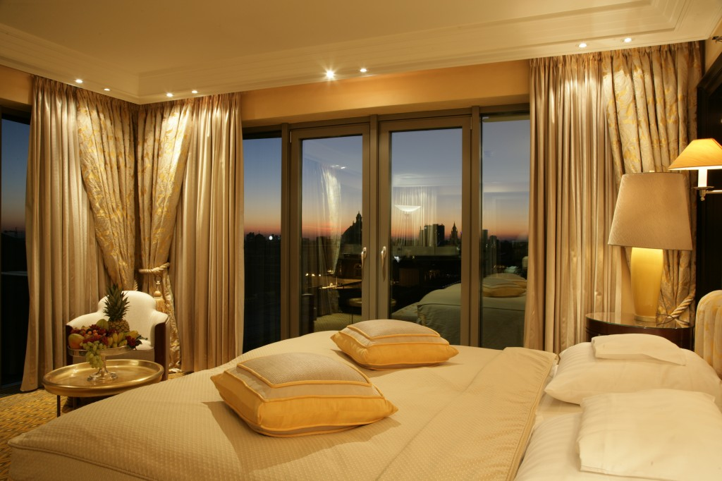 Schlafzimmer einer Luxussuite im Hotel Bayerischer Hof in München.