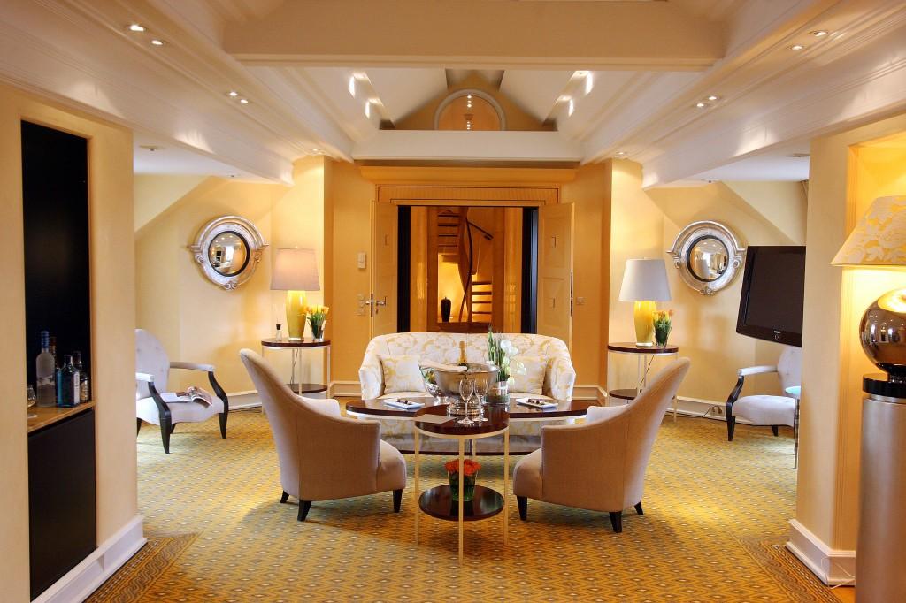 Wohnzimmer einer Luxussuite im Hotel Bayerischer Hof in München
