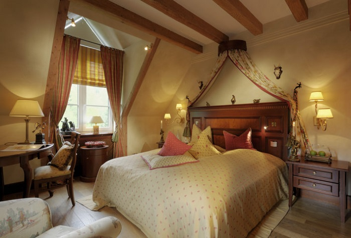 Bequemes Schlafzimmer in der rustikalen Country-Lord-Suite