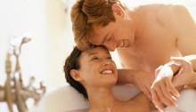 Verliebtes Paar in einem Hotel mit Whirlpool im ZImmer