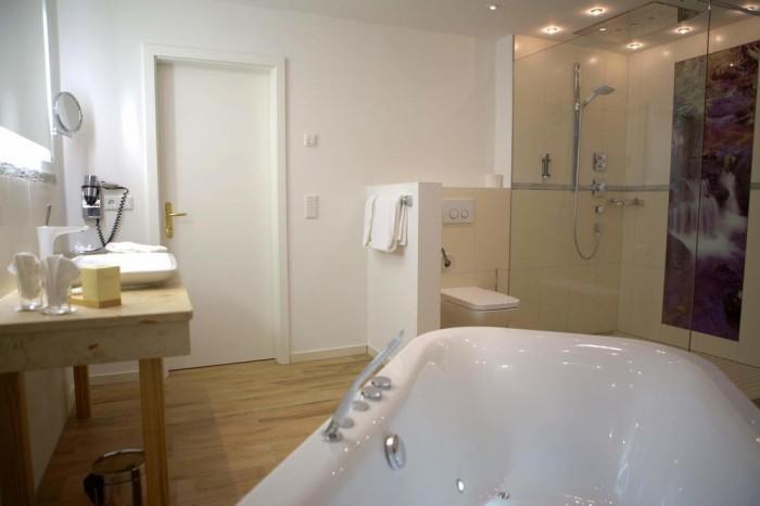 Whirlpool in der luxuriösen Wellness Suite im Hotel Gut Schmelmerhof im Bayerischen Wald