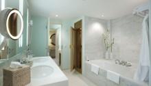 Badezimmer einer Executive Suite des Grand Hotel Esplanade in Berlin mit Sauna und Whirlpoolwanne