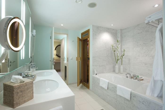 Badezimmer Einer Executive Suite Des Sheraton Berlin Grand Hotel Esplanade  Mit Sauna Und Whirlpoolwanne