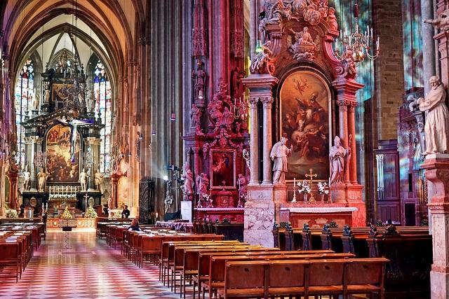 Im Innern des Stephansdoms in Wien