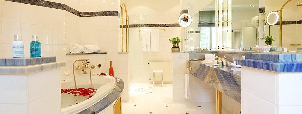 Suite mit Kamin und Whirlpool in der luxuriösen Villa Hammerschmiede