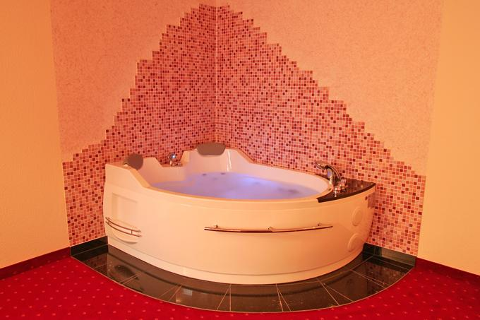 Whirlpool in der Whirlpool Suite des Heikotel Hotels Windsor