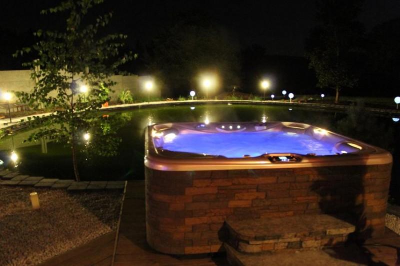 Außenwhirlpool der Diamond Deluxe Suite des Erlebnis Suite Resort in Hessen