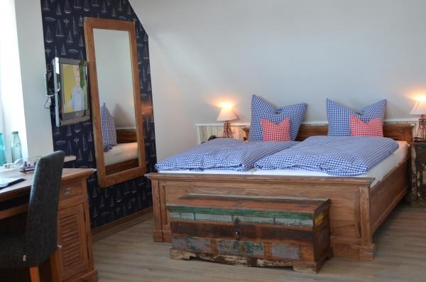 Maritim eingerichtete Bootsdeck Suite im Bernstein Hotel Bootshaus in Büsum