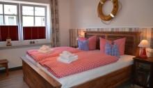 Maritim eingerichtetes Doppelzimmer im Bernstein-Hotel Bootshaus in Büsum