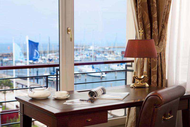 Blick auf den Yachthafen  von der Captain's Suite aus in der Yachthafenresidenz Hohe Düne