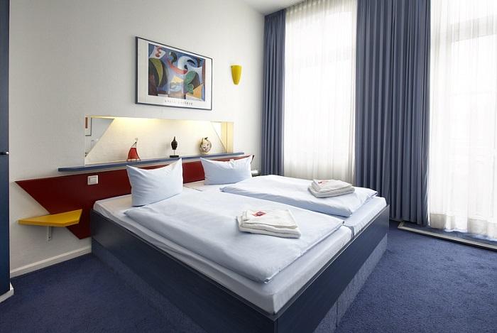 Zimmer ein Kunstwerk: Das Hotel Charlottenburger Hof mit Whirlpool im ...