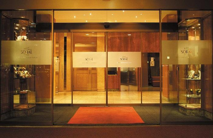 Eingangsbereich des SORAT Hotels Ambassador in Berlin