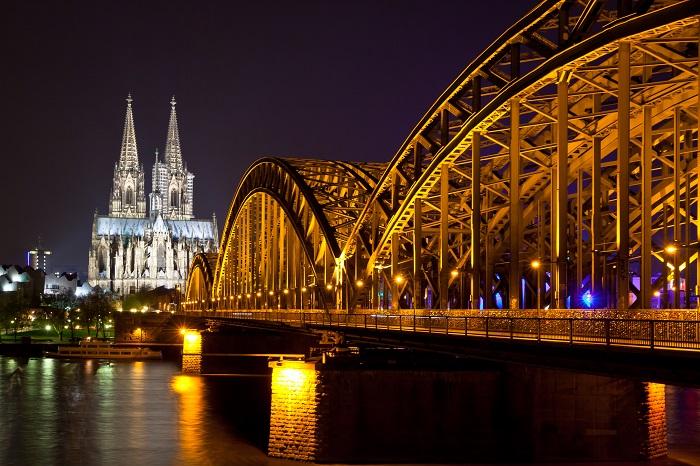 Kölner Dom und Dombrücke beleuchtet bei Nacht  | © colourbox