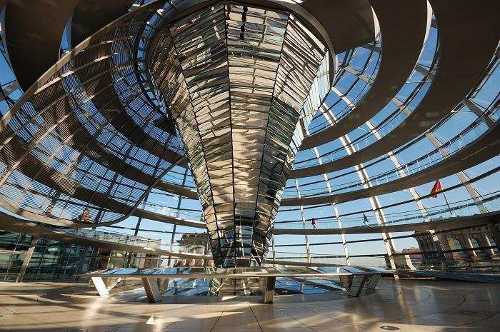 Im Innern der Kuppel des Reichstagsgebäudes in Berlin