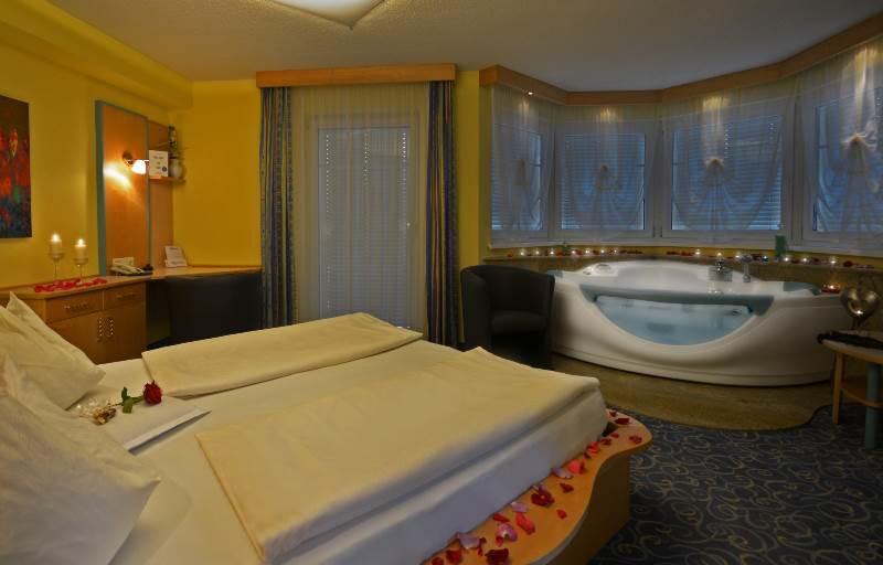 Hotel himmelreich in salzburg hotelzimmer mit whirlpool for Zimmer hotel