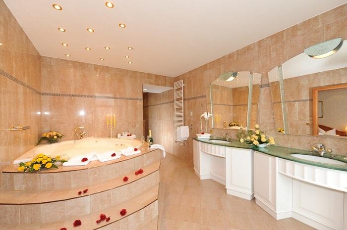 Badezimmer der Präsidenten Suite im Arkona Strandhotel auf Rügen