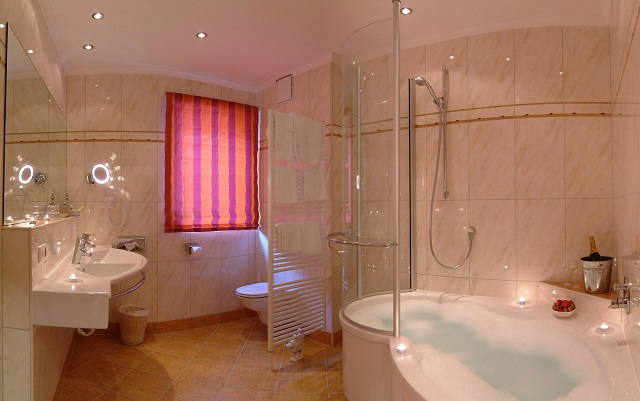 Whirlpool im Romantik Doppelzimmer Kristall im Hotel Alpin Juwel in Saalbach Hinterglemm