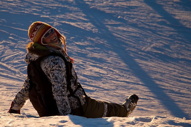 Glückliche Winterurlauberin in Saalbach-Hinterglemm im Salzburger Schnee