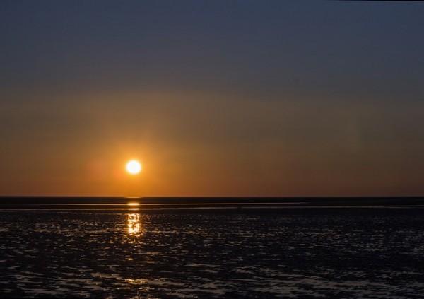 Romantischer Sonnenuntergang an der schönen Nordsee