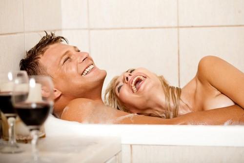 Glückliches Liebespaar: traute Zweisamkeit in einem Hotelzimmer mit Whirlpool